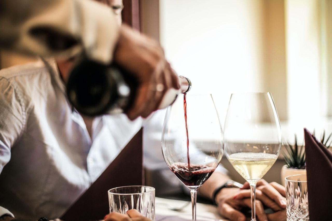 Glas wijn inschenken